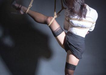 【OL緊縛エロ画像】スーツがブラウスが荒縄で締まっていくOLさんの着衣緊縛!(18枚)