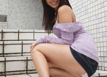 【ミニスカエロ画像】パツパツのタイトなミニスカートから伸びる美脚と時々パンチラ!(33枚)